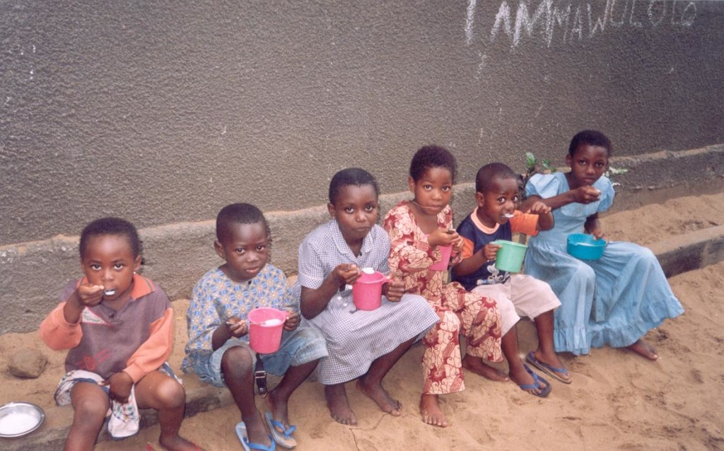 Gruppo di  bambini dell'asilo mentre consumano il loro pasto.