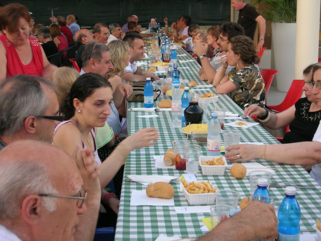 Cena benefica 23 giugno 2012 presso la sede degli alpini di S.Pancrazio. presente Padre Eugenio e il fraetello.